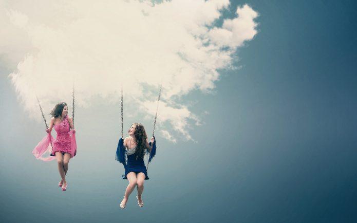 девушки в небе на качелях