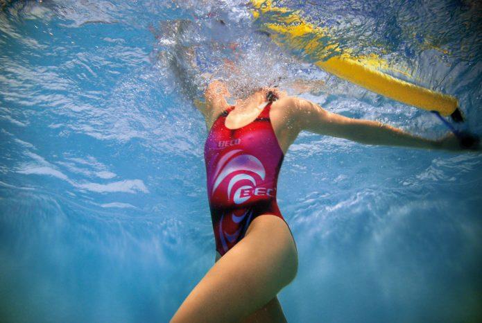 девушка с обручем в воде