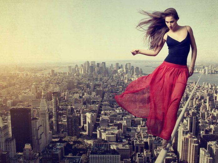 девушка над большим городом