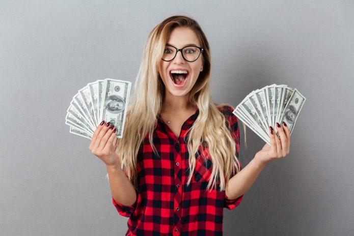 счастливая девушка с деньгами