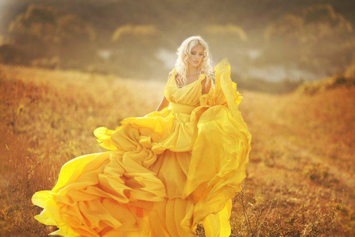 девушка в жёлтом платье, поле