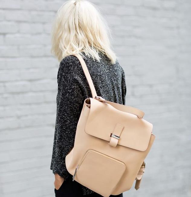девушка с бежевым рюкзаком