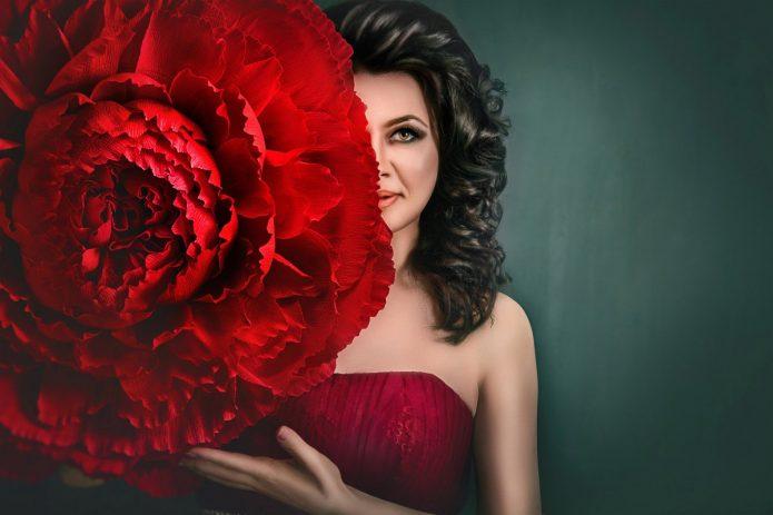 девушка с большим красным цветком