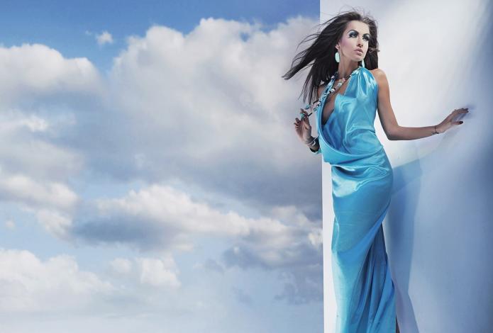 девушка в голубом платье на фоне неба