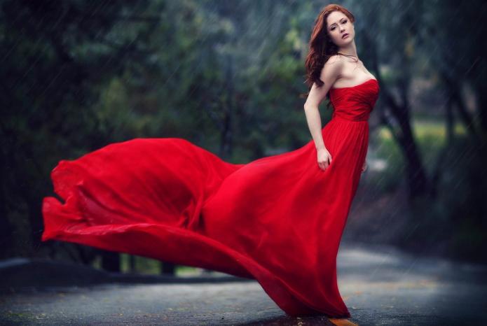 девушка в красном платье под дождём