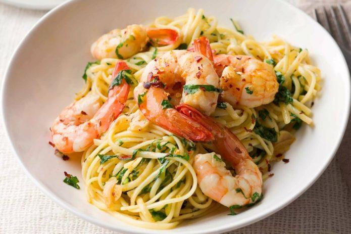 Спагетти с креветками и водорослями
