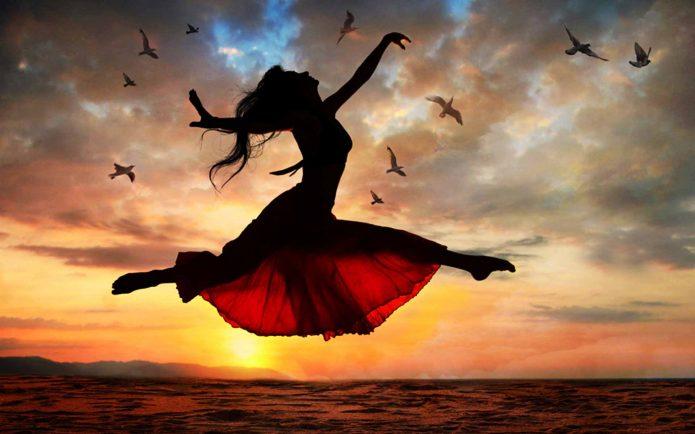 девушка в прыжке, закат, пляж, птицы