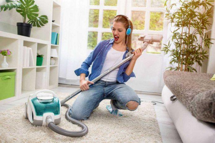 Девушка поёт во время уборки