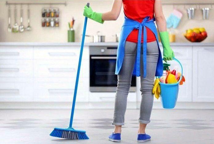 Девушка с принадлежностями для уборки