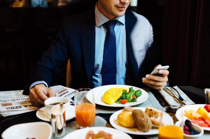 Мужчина обедает в кафе
