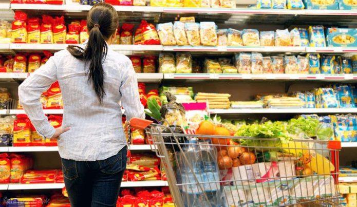 Девушка покупает продукты