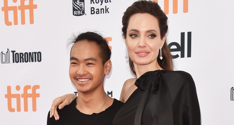 Джоли со слезами проводила сына в университет