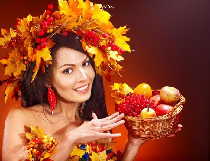 девушка в венке из кленовых листьев с корзинкой фруктов