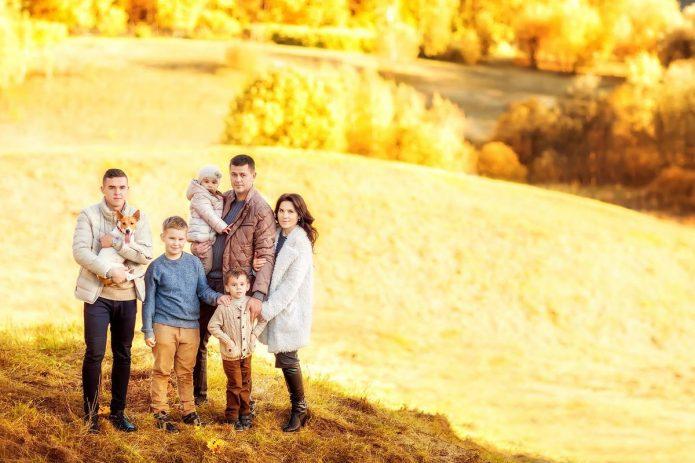большая семья на фоне осеннего пейзажа