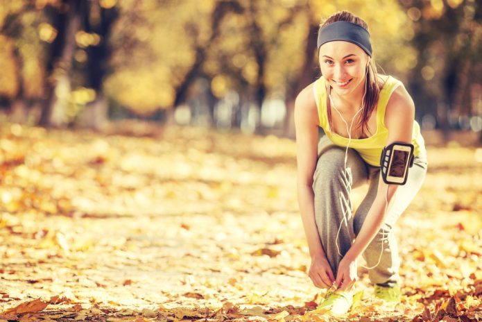 девушка на пробежке, осень, парк