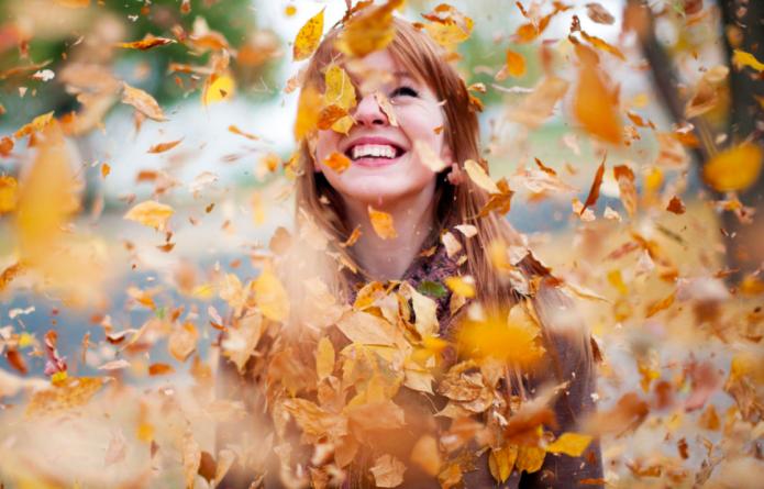 девушка, улыбка, осенняя листва