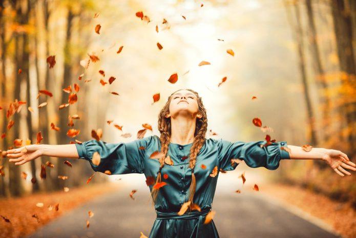 девушка, распростёртые руки, осенний парк, летящая листва
