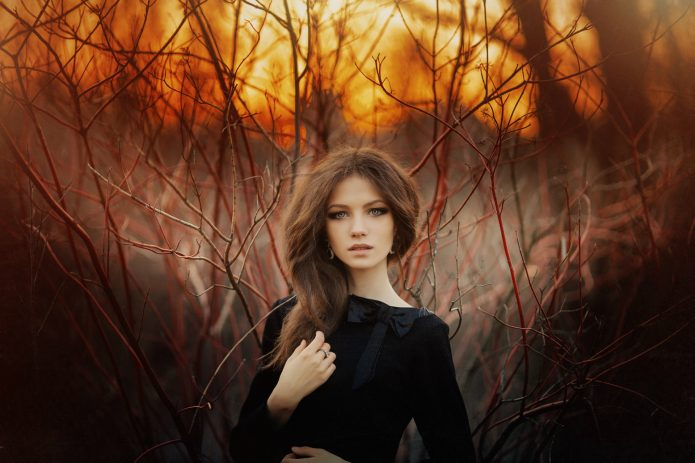 девушка в чёрном, осенний пейзаж