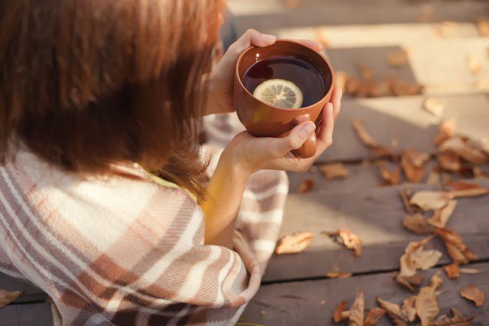 девушка в пледе с чашкой чая, осенние листики