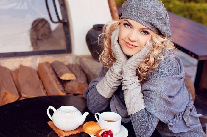 красивая девушка за столиком, чашка чая, десерт