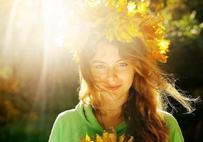 девушка в венке из осенних листьев, солнце, улыбка