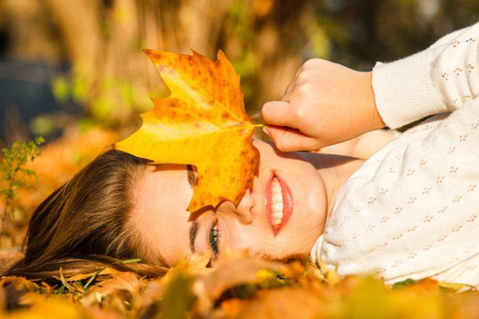 девушка с жёлтым кленовым листком, улыбка, осень