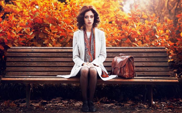 серьёзная девушка на скамейке, осень