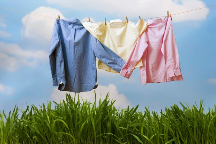 Три рубашки на веревке