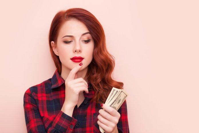 рыжая девушка с деньгами