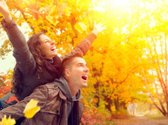 парень девушка радость осень