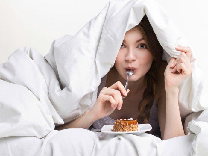 Девушка тайком ест сладости