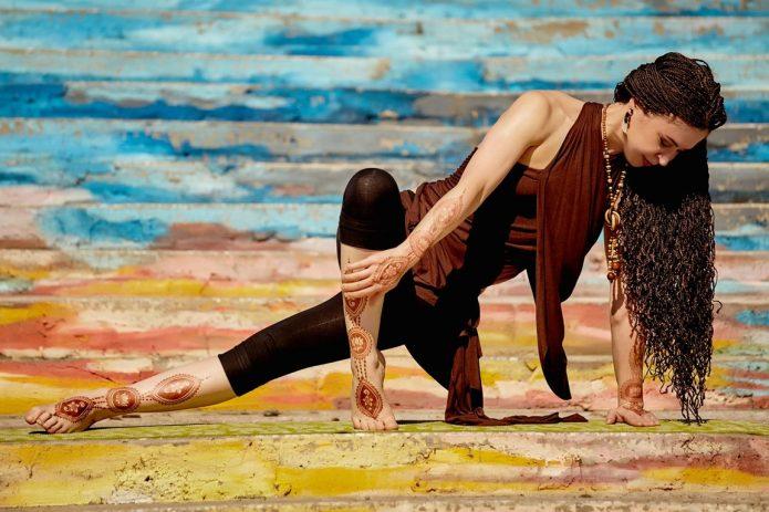 Женщина занимается йогой