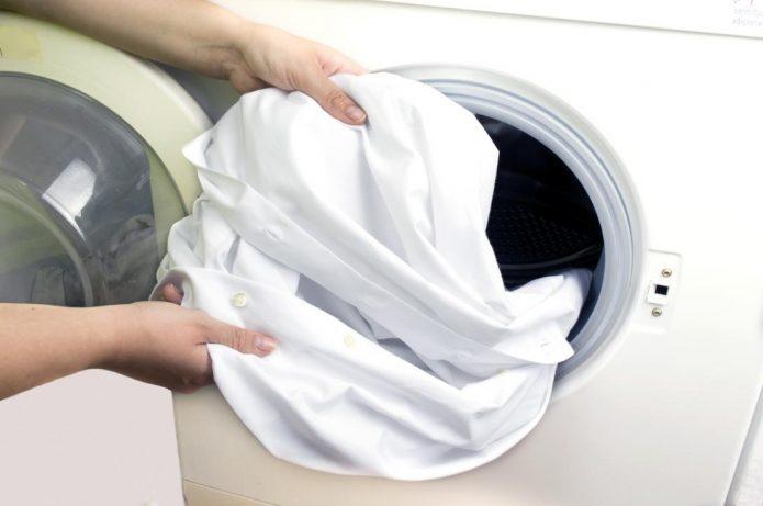 Стирка белой рубашки в стиральной машине