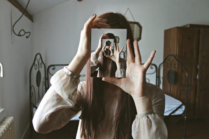 девушка, фотография с зеркальным отражением