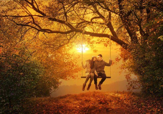 влюблённые на качелях, осенний пейзаж