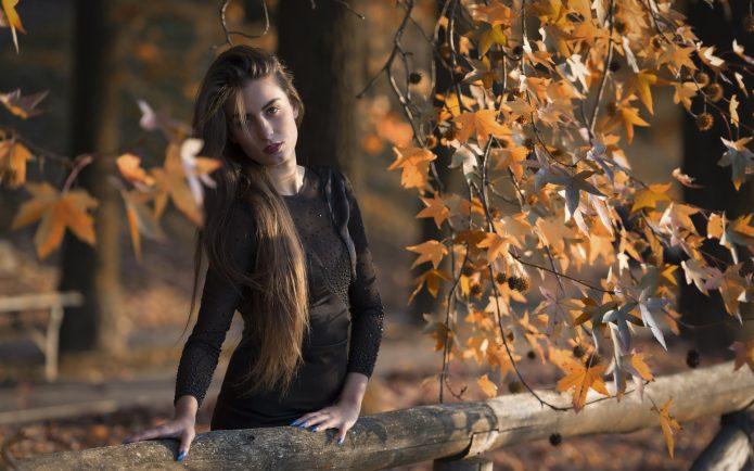 задумчивая девушка, осенний парк