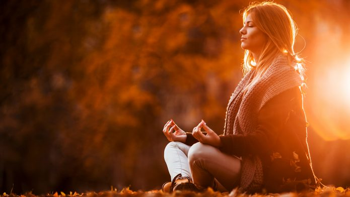 девушка, медитация, осень