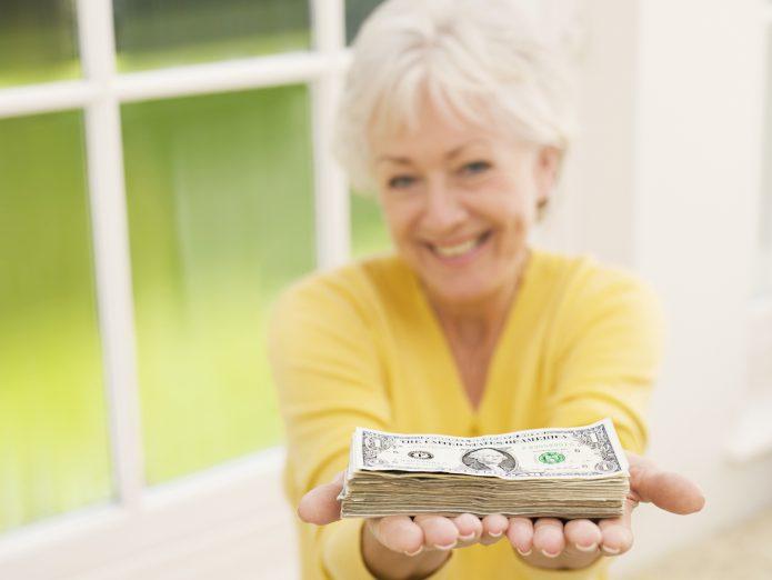 Бабушка дарит деньги