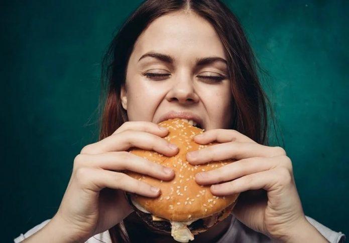 девушка есть большой бургер