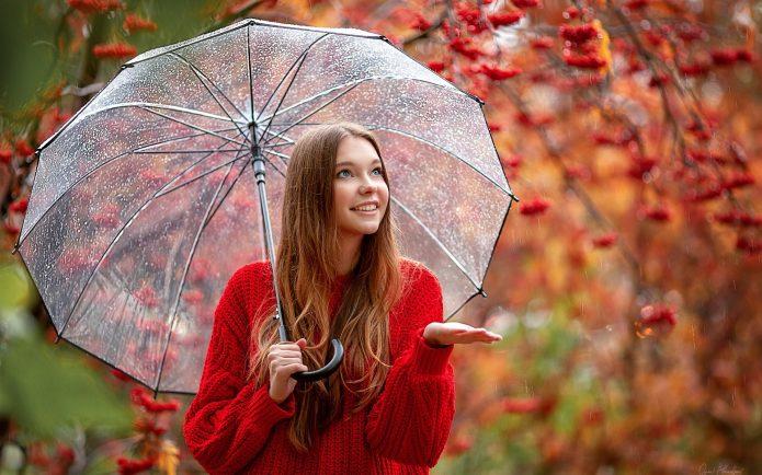 девушка с зонтом под осенним дождём