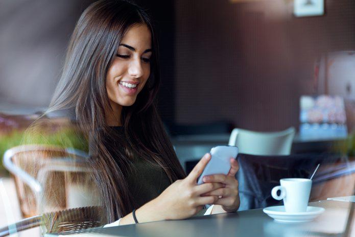 девушка с телефоном в кафе