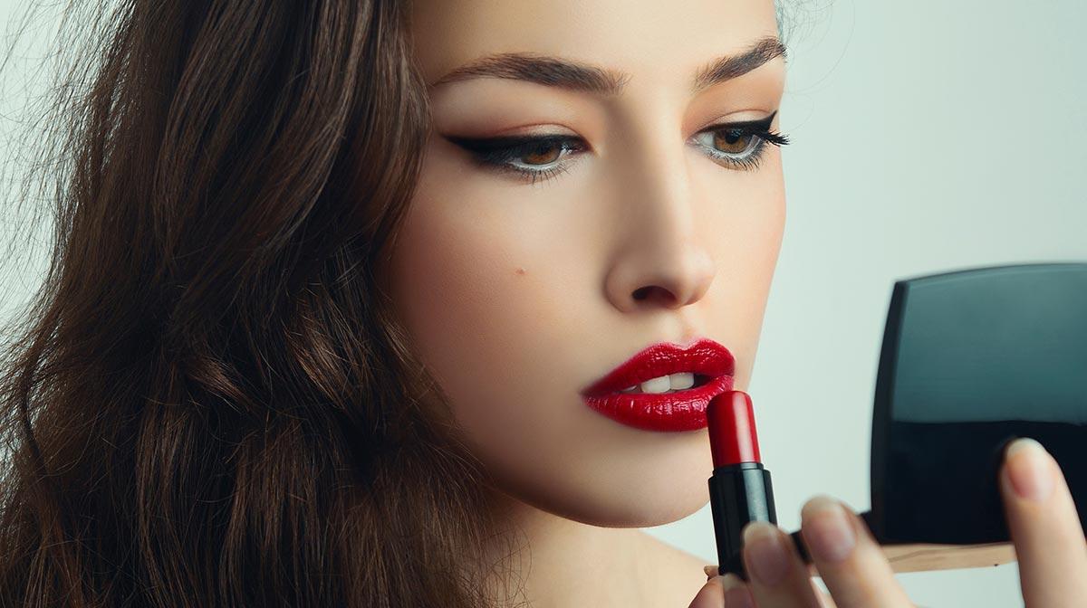 Красная помада: на что обращать внимание при выборе и как найти свой оттенок