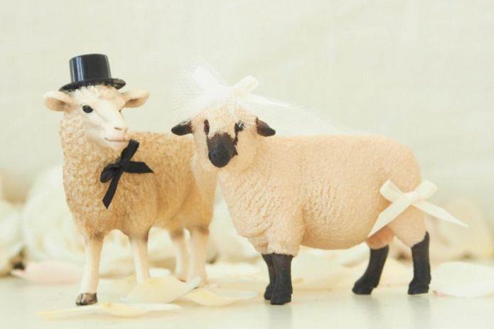 Фигурки овец в образе жениха и невесты