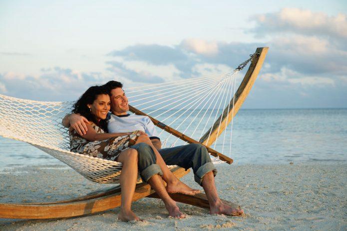 Влюблённые в гамаке на берегу моря