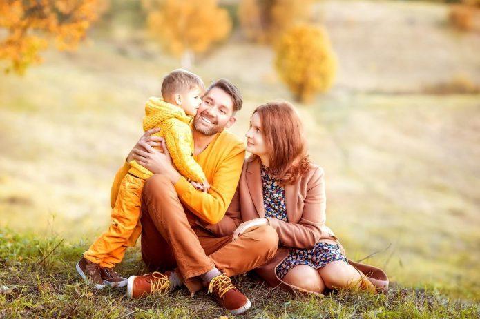 семья с ребёнком, осенняя погода