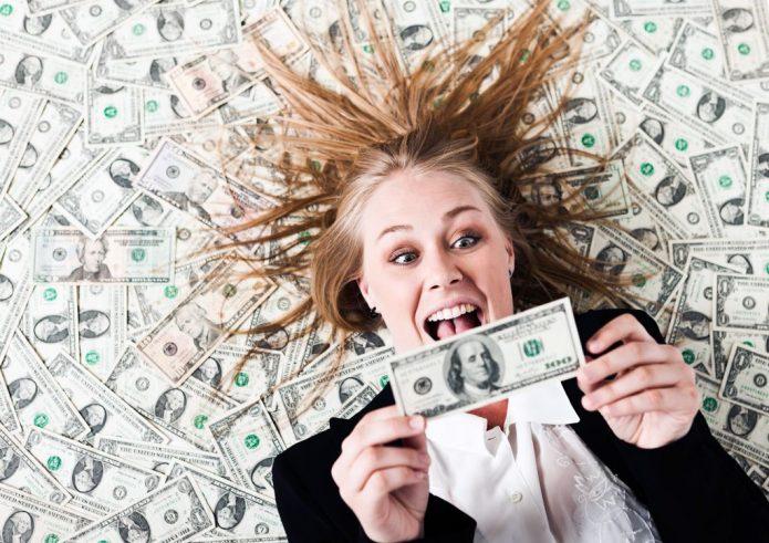 радостная девушка, много денег