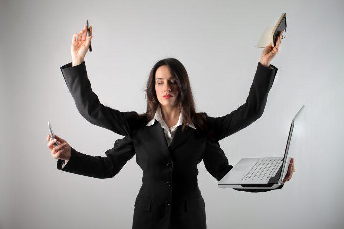 женщина с 4 руками, ноутбук, телефон, ежедневник, ручка