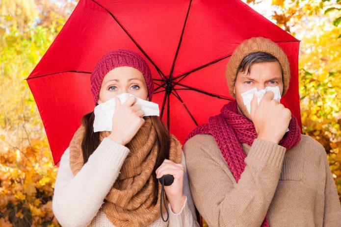 девушка и парень под зонтом, осень, насморк
