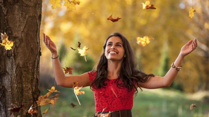 девушка, осенняя листва, улыбка, радость