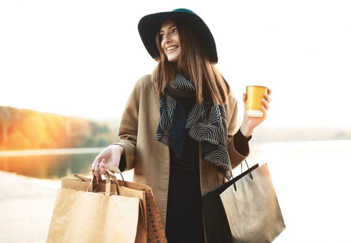 девушка с кофе и покупками